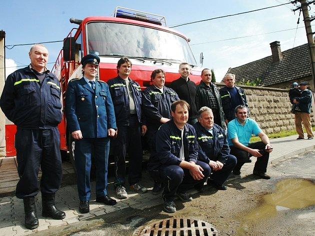 Předání nového vozu značky Tatra starokolínským hasičům.