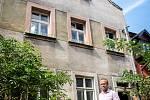Starosta města Michael Kašpar před rabínským domem v ulici Na Hradbách v Kolíně.