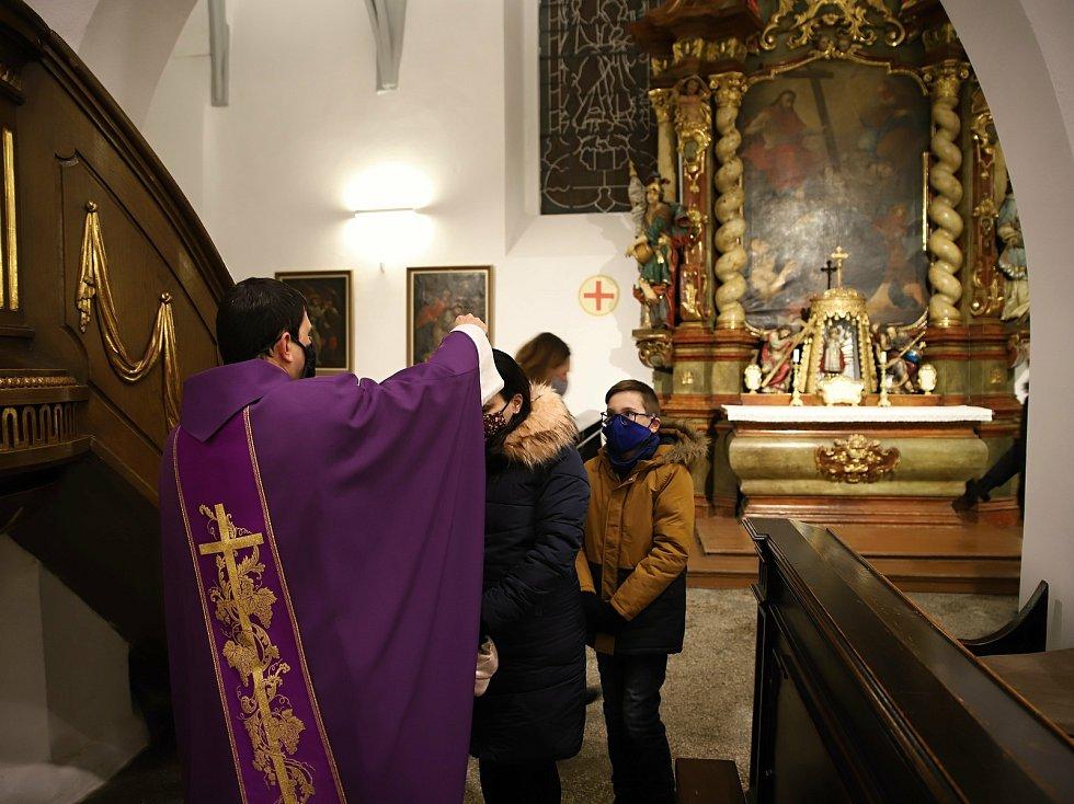 Z bohoslužby na Popeleční středu v kostele sv. Gotharda v Českém Brodě.