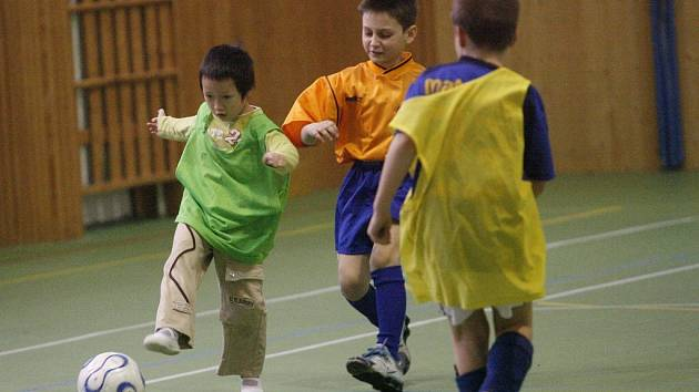 Školáci při fotbale.