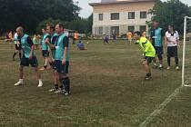 BÝCHORSKÝ TÝM VE STŘEHU. Fotbalisté okolo exligisty Lukáše Hartiga (zcela vlevo) vyhráli bělušický turnaj v malé kopané
