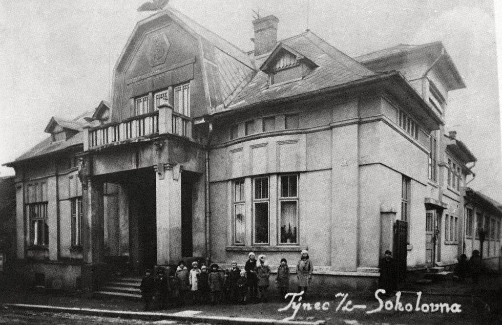 Sokolovna v Týnci nad Labem na fotografii z roku 1931.