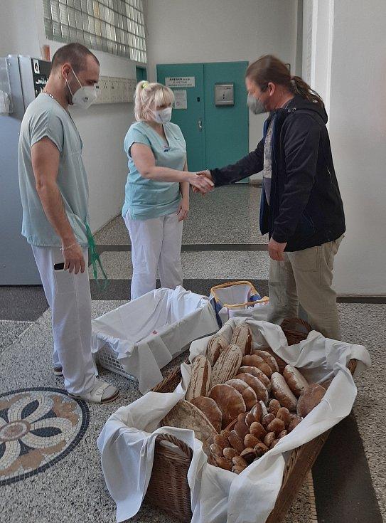 Voňavé pečivo ze Štolmíře putovalo do českobrodské nemocnice.