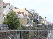 Z domů vybudovaných na skále nad řekou je krásný výhled na Labe, mlýn, Práchovnu a dál na Zálabí