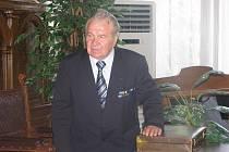 Vladislav Souček za konšelským stolem obřadní síně kolínské radnice při setkání bývalých příslušníků Pomocných technických praporů