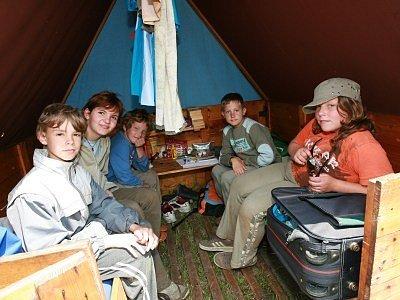 Ve stanech se spí po dvou, ale během dne se sem vejde mnohem víc obyvatel.