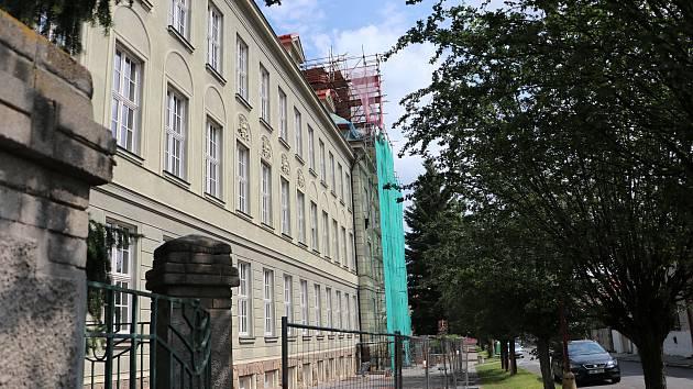 Opravy budovy českobrodského gymnázia.