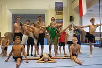 Michal Žoha (stojící pátý zleva) se po deseti letech rozhodl odejít do Rakouska. Minulý týden s dětmi z Lince absolvoval v Kolíně kondiční soustředění.