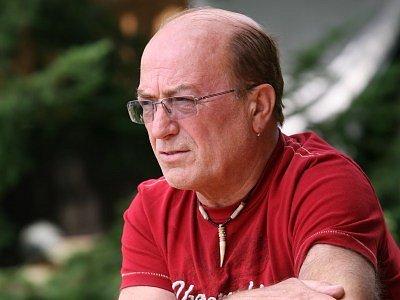 Na zahradě svého domu v malebném údolí Sázavy nedaleko rybníku Propast nachází Petr Janda příjemné chvíle klidu.