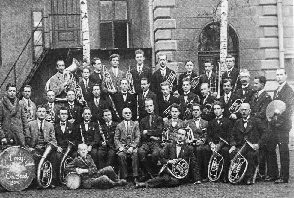 Sokolové se věnují nejen sportovním aktivitám. Na fotografii z 1. května 1924 je k vidění hudební sbor českobrodské tělovýchovné jednoty.