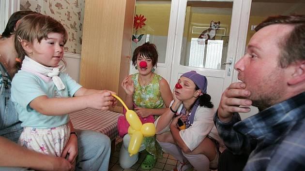 Návštěva zdravotních klaunů v kolínské nemocnici