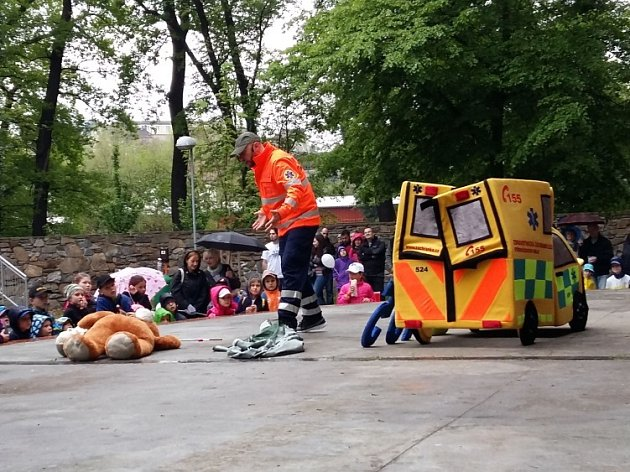 V16 hodin před dětské diváky nastoupil záchranář Marek Hylebrant. Při svém představení sobří plyšovou sanitkou a pomocníkem – plyšovým medvědem – udržel pozornost těch, co měli pláštěnky a deštníky, a rozesmál ičást dospělého publika.