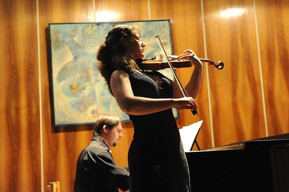 Mimo už vytvořený a zveřejněný celoroční program zahrálo v úterý večer Duo Fuocoso v malém sále kolínského Městského společenského domu v rámci 46. cyklu koncertů Kruhu přátel hudby