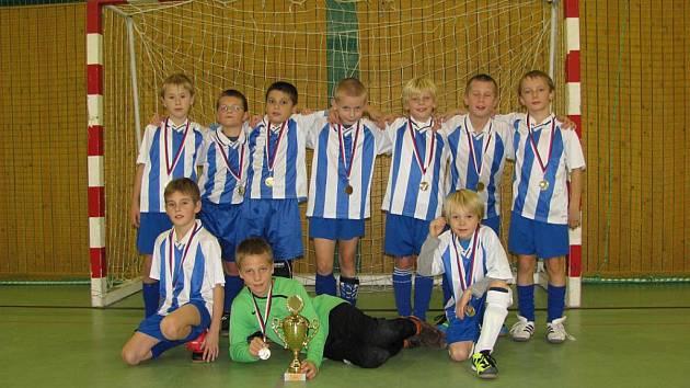 Mladí kolínští fotbalisté mají důvod k úsměvu. Právě vyhráli turnaj ve Chvaleticích.