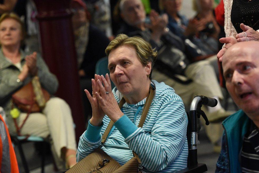 Dražba pro Josefa. Tak se jmenovala charitativní akce, která pomůže Domovu sv. Josefa v Žirči, jedinému zařízení v republice, které se stará o nemocné s roztroušenou sklerózou v pokročilém stádiu.