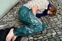Narkoman na Karlově náměstí v Kolíně.