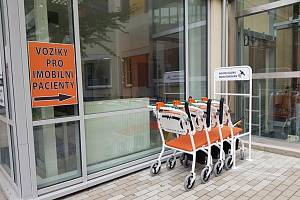 Vozíky pro imobilní pacienty v Oblastní nemocnici v Kolíně.