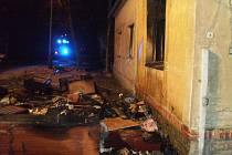 Kolínští profesionální hasiči se dvěma zásahovými vozy museli vyjíždět k požáru rodinného domu ve Velimi.
