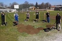 Hokejoví trenéři Kolína se podílejí na rekonstrukci hřiště vedle zimního stadionu.