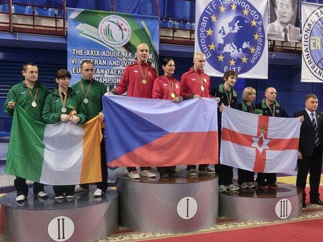 Kolínští závodníci Michal Vavrinec (na nejvyšším stupínku zleva), Radka Heydušková a Jan Radina obsadili první místo v secvičené obraně.