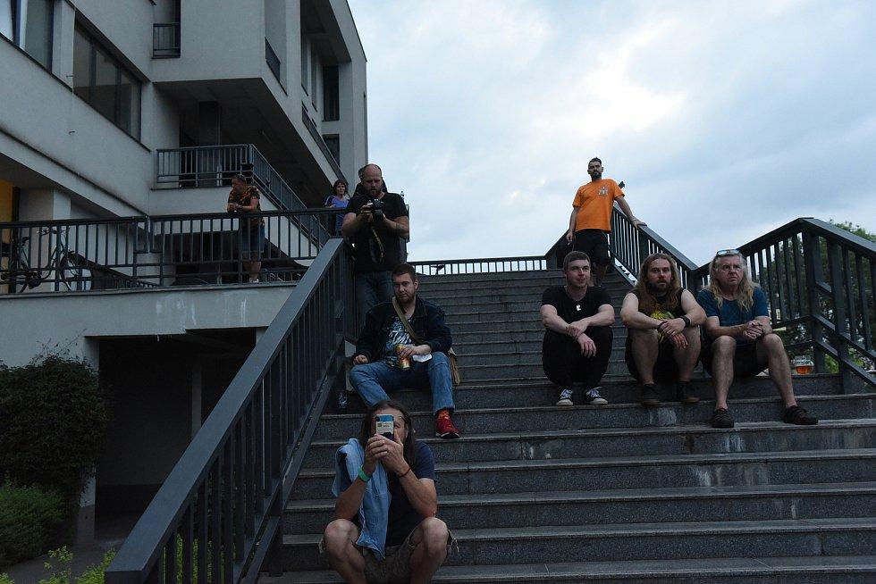Z rockového koncertu na terasách za Městským společenským domem v Kolíně.