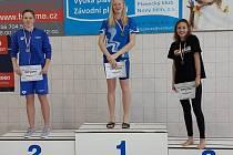 Kolínská plavkyně Blanka Lelková (uprostřed) vyhrála dva závody na Zimním mistrovství republiky žactva.