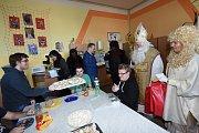 Čerti s Mikulášem a andělem nadělovali tentokrát přímo ve třídách kolínských škol.