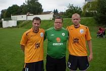 Hlavní pořadatel turnaje v Polepech Víťa Brom (uprostřed) s Radkem Šírlem (vlevo) a Lukášem Hartigem.