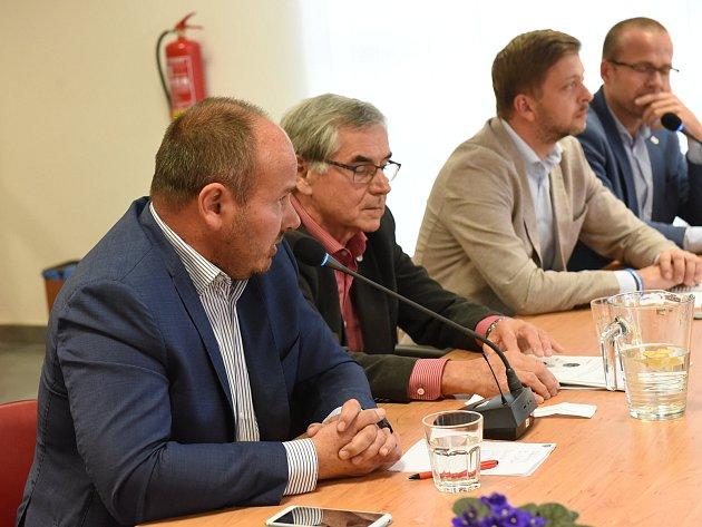 Lídři politických stran a hnutí v Kolíně se sešli ke společné debatě.