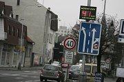 Ukazatele rychlosti v Ovčárecké ulici v Kolíně.