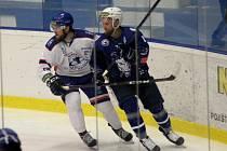 Jan Stehlík (v modrém) bude nově sportovním manažerem kolínského hokejového klubu