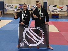 Kolínští zápasníci Jan Škarka (vlevo) a Filip Veselý.