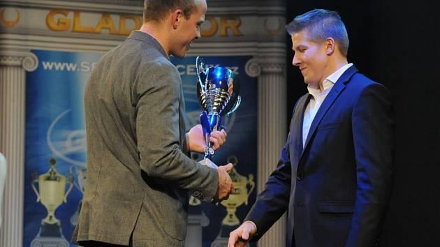 Daniel Radovesnický přebírá cenu od místostarosty Michaela Kašpara (vlevo).