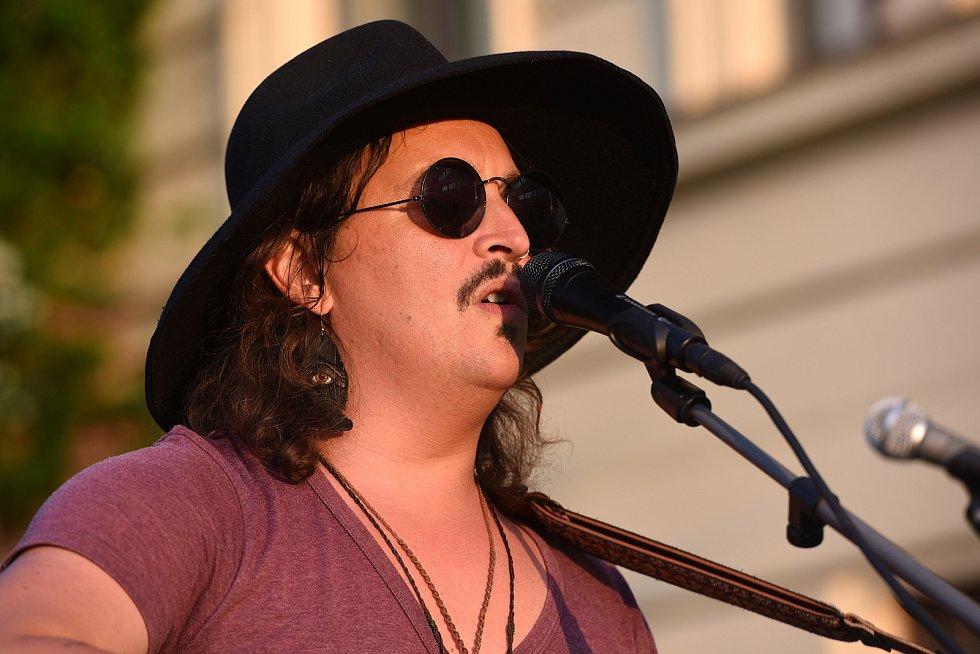 Z rockového koncertu na terasách za Městským společenským domem v Kolíně. Na snímku americký zpěvák Aaron Brooks.