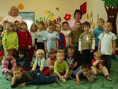 Pětadvacet dětí si ve školce v Přišimasech na nudu rozhodně nemůže stěžovat.