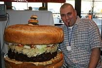 Tento obří hamburger, který zíslal titul největšího běžně prodávaného hamburgeru na světě, stojí 350 USD ( 6500 Kč ) a objednávku je nutné udělat 24h předem.