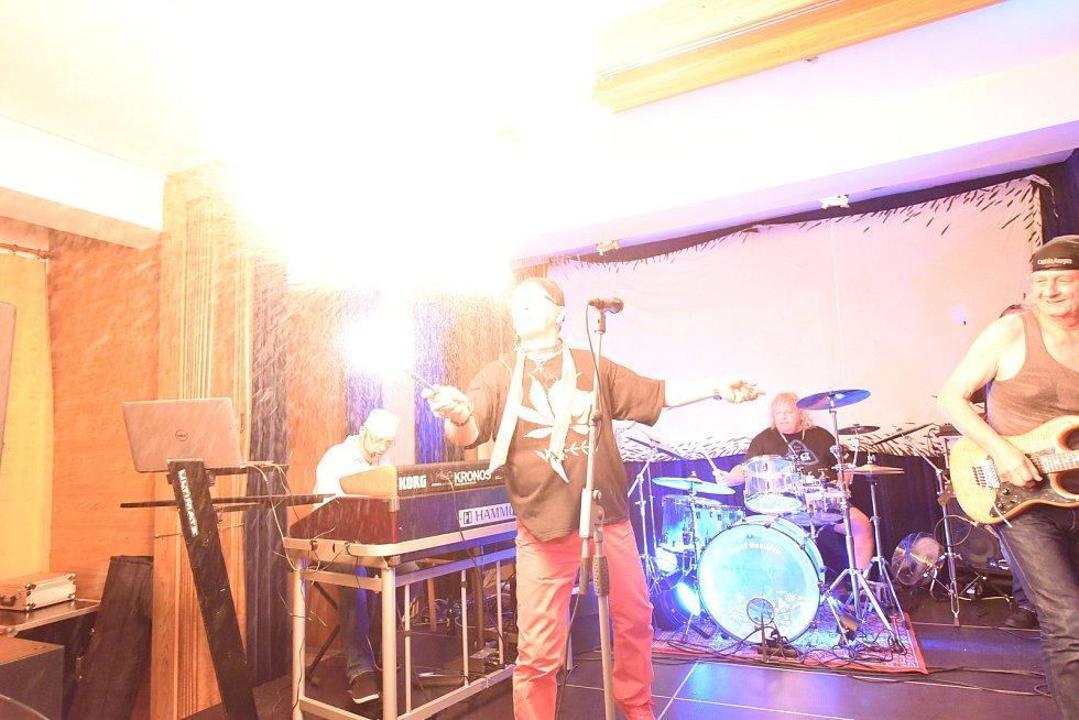 VKomorním sále se odehrála nejdříve vernisáž výstavy zasvěcené historii Jazzové sekce a poté koncertu legendární undergroundové kapely The Primitives Group.