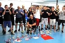 Členové Boxing Poděbrady s trofejemi, které získali v průběhu sezony.