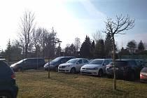Parkoviště v areálu Oblastní nemocnice v Kolíně.