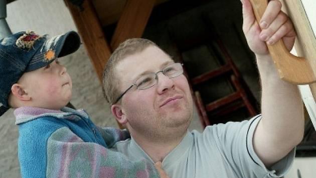 Štěpán Kolarovský (32) se vyučil zedníkem na Středním odborném učilišti stavebním v Kolíně, věnuje se řemeslné živnosti v oboru zednictví. Je ženatý, má syna a dceru. Záliby: karate, akvaristika, modelaření, rodina.