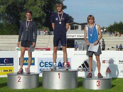 Zdeněk Hejduk (vpravo) sice v prvním závodě mězi muži skončil na senzačním třetím míostě, ale radost mu zkazil fakt, že za limitem pro účast pro ME zůstal o pouhých 0,69 s.