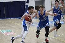 Cenný skalp. Basketbalisté Kolína (v bílém) porazili na své palubovce mužstvo USK Praha