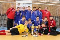 Na velkém úspěchu se podíleli také tři zástupci kolínského okresu. Vedoucí Miloš Malina (nahoře vlevo), trenér Tomáš Liga (uprostřed vpravo) a brankář Ondřej Barták (ve žlutém).