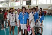 Hráči dorostu se radují. Právě získali v nejvyšší soutěži stříbrné medaile.