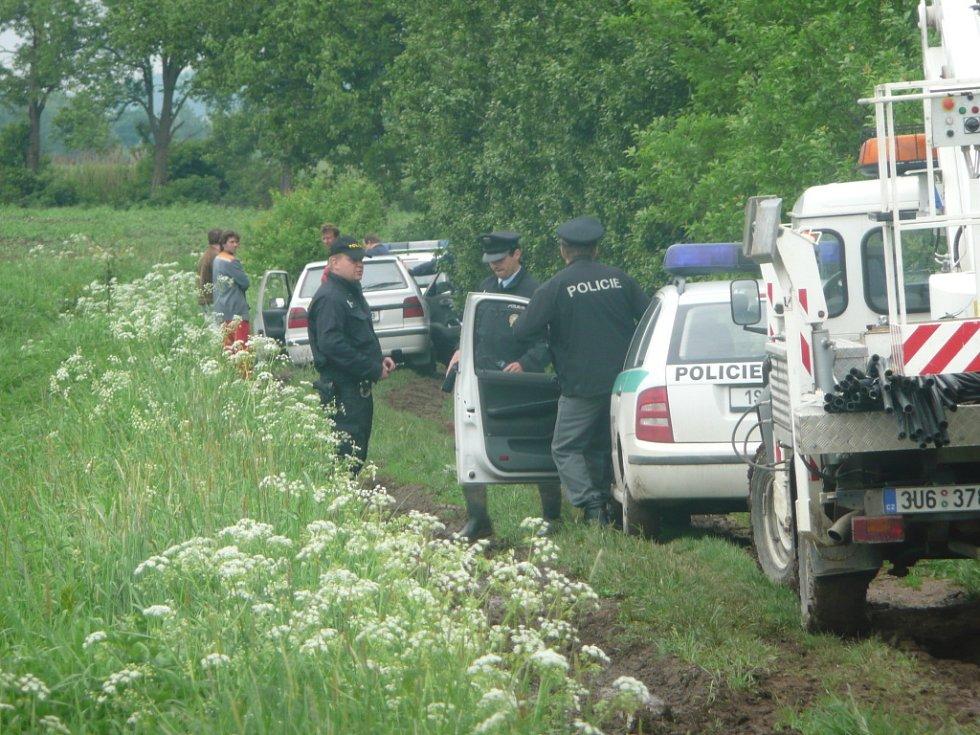 U obce Štolmíř vylezl muž na sloup vysokého napětí.