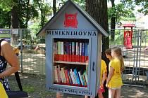 Slavnostní otevření první venkovní miniknihovny v Kolíně na Kmochově ostrově