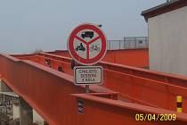 """Lávka přes železniční trať: """"Zákaz vjezdu vyznačených vozidel"""" (B12)"""