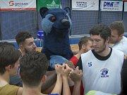 Basketbalový klub Geosan z Kolína, jehož počátky sahají až do roku 1940, má nového maskota. Modrý medvěd, který je symbolem a logem klubu, konečně získal jméno.