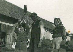 Miloš Forman při sekání dřeva u Hlaváčů