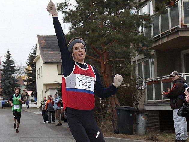 Vítěz tradičního běhu v Pečkách Petr Pechek.